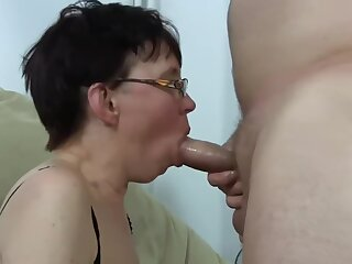 Ugly mature chick get fucked and squirting