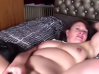Natural mature generalized and get hitched feeding her old cunt